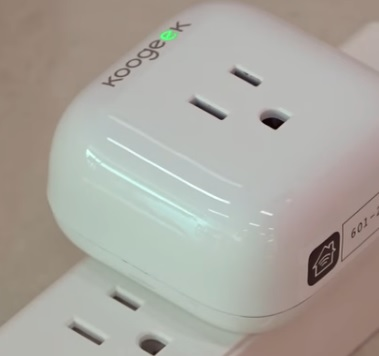 Review Koogeek Smart Plug Outlet Pluged in